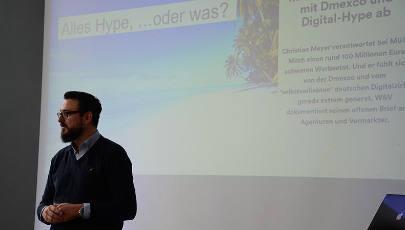 Christian Meyer beim #MCLago Vortrag - Digital viel Hype aber wo ist der Ertrag ist eine seiner Themen Christian Meyer stimmt uns auf das Thema ein | Urheber: Michael Schnurr