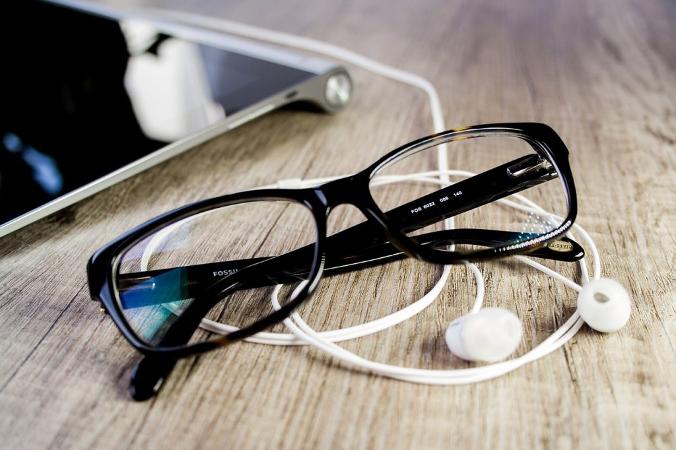 Brille, iPad und Kopfhörer - Entertainment Best Ager 2.0