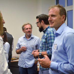Gäste und Mitglieder diskutieren am Buffet beim MCLago Event in Kreuzlingen bei der Credit Suisse.