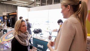 DMV Vorstand und MCLago Mitglied Taina Temmen (rechts) im Gespräch.