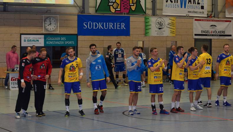 HSG Konstanz Superball 2019 - Spieler begrüssen die Zuschauer.