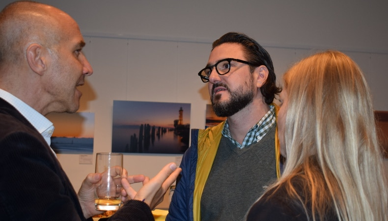 Frank Grossmann, Christian Meyer und Verena M. im Gespräch beim Apéro