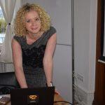 Maren Seitz vor dem Event - der Laptop und LCD Projektor werden eingestellt.